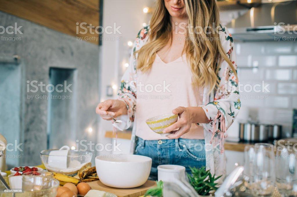Voorbereiding van haar favoriete taart - Royalty-free 35-39 jaar Stockfoto
