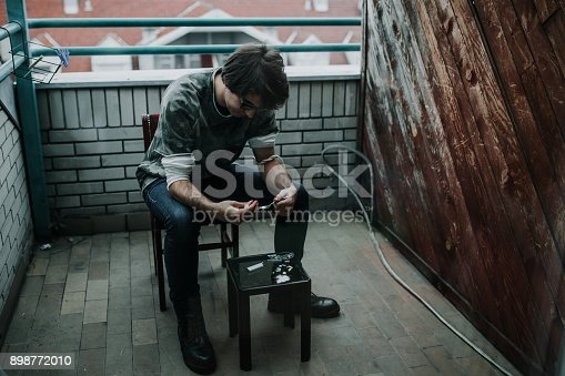 istock Preparing his dose 898772010
