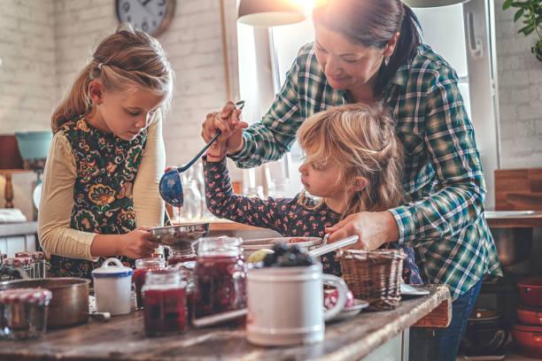 voorbereiding van zelfgemaakte bessen jam en canning in potten - rijp voedselbereiding stockfoto's en -beelden