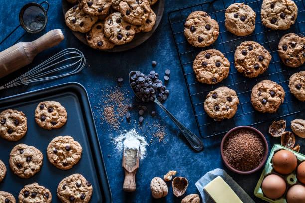 förbereda hemlagad choklad chip cookies - bakplåt bildbanksfoton och bilder