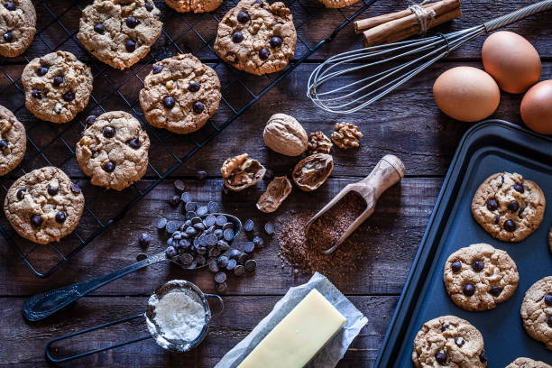 vorbereitung hausgemachten schokoladenkekse - schokoladenplätzchen stock-fotos und bilder
