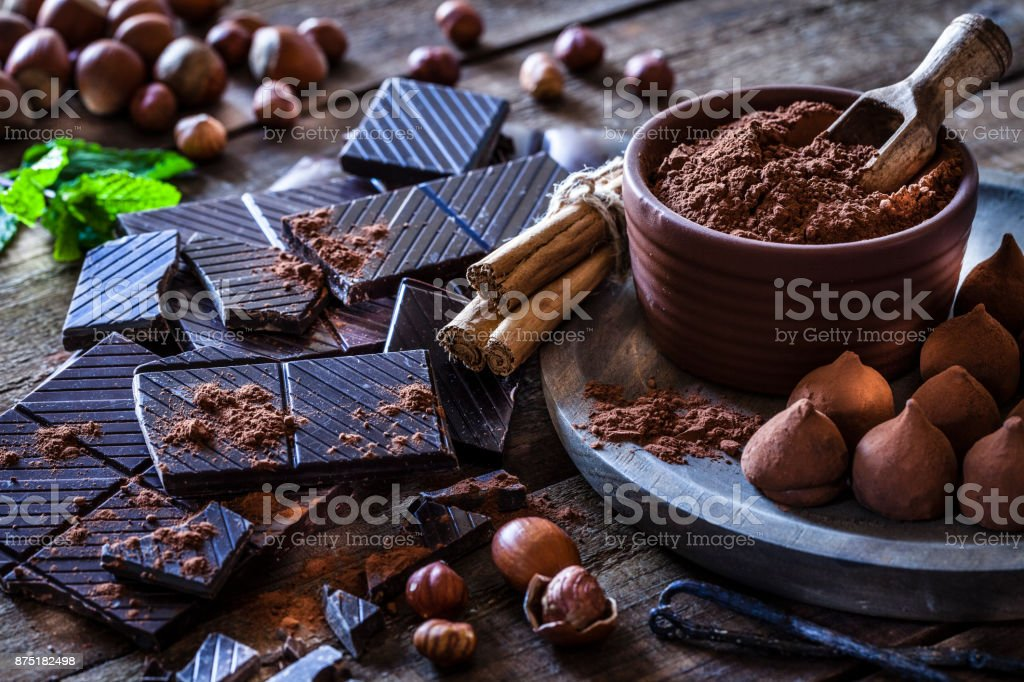 Preparar as trufas de chocolate caseiras - foto de acervo