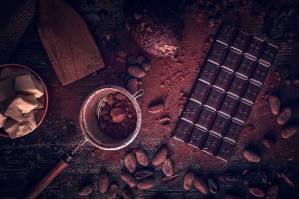 voorbereiding van zelfgemaakte goede kwaliteit chocolade bars - pure chocola stockfoto's en -beelden