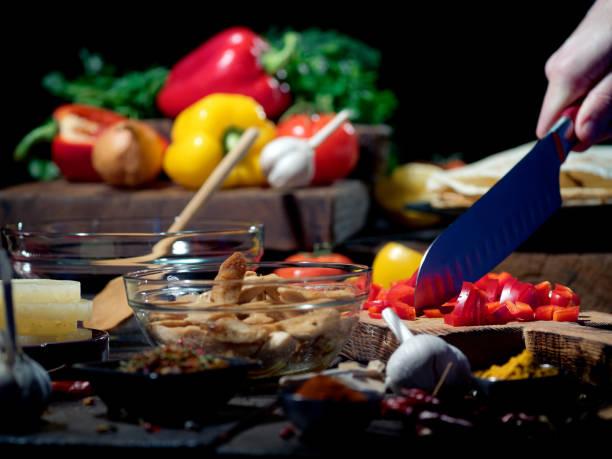 hausgemachte tacos vorbereiten - paprika hähnchen stock-fotos und bilder