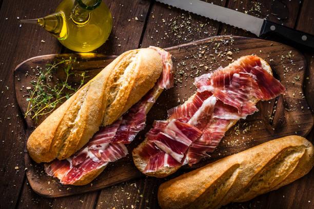 리코 햄 샌드위치, 스페인 bocadillo 드 jamon 리코 준비 - 이베리아 반도 뉴스 사진 이미지