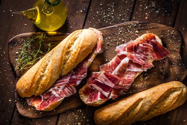 Vorbereitung der Iberico Schinkensandwich, spanische Bocadillo de Jamon iberico – Foto