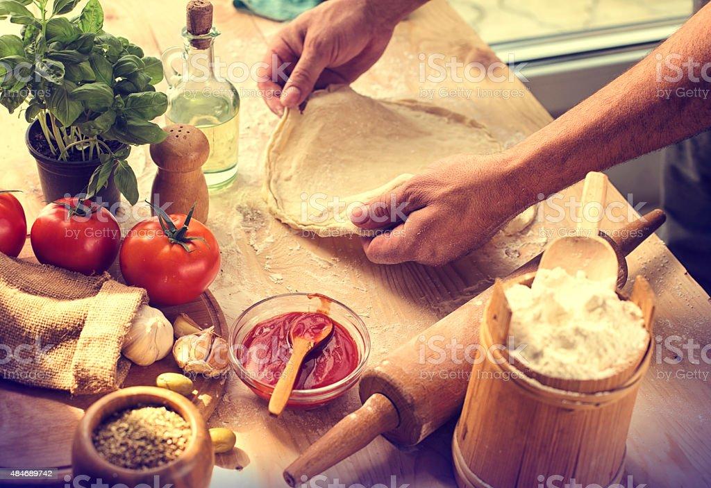 Preparación de los ingredientes de la pizza casera - foto de stock