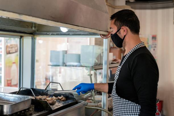 förbereda lamm snabbmat av kocken - kokoreç bildbanksfoton och bilder