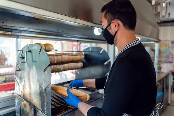 förbereda lamm snabbmat av kock lager - kokoreç bildbanksfoton och bilder