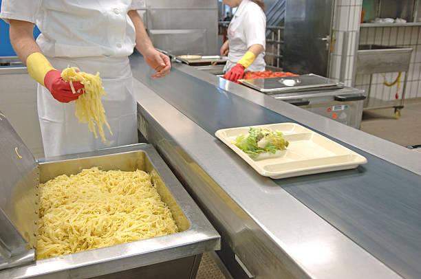 die zubereitung von mahlzeiten in der kantine - pasta deli stock-fotos und bilder