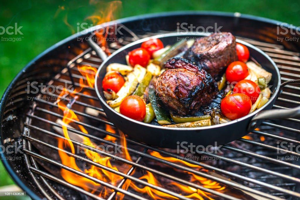 Voorbereiding van vlees met groenten in koekenpan op Barbecue Grill - Royalty-free Barbecue - Huishoudelijk apparaat Stockfoto
