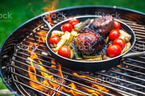 Voorbereiding Van Vlees Met Groenten In Koekenpan Op Barbecue Grill Stockfoto en meer beelden van Barbecue - Huishoudelijk apparaat