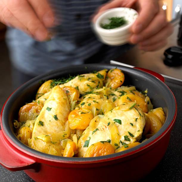 vorbereitung marokkanische hühnchen - chefkoch auflauf stock-fotos und bilder