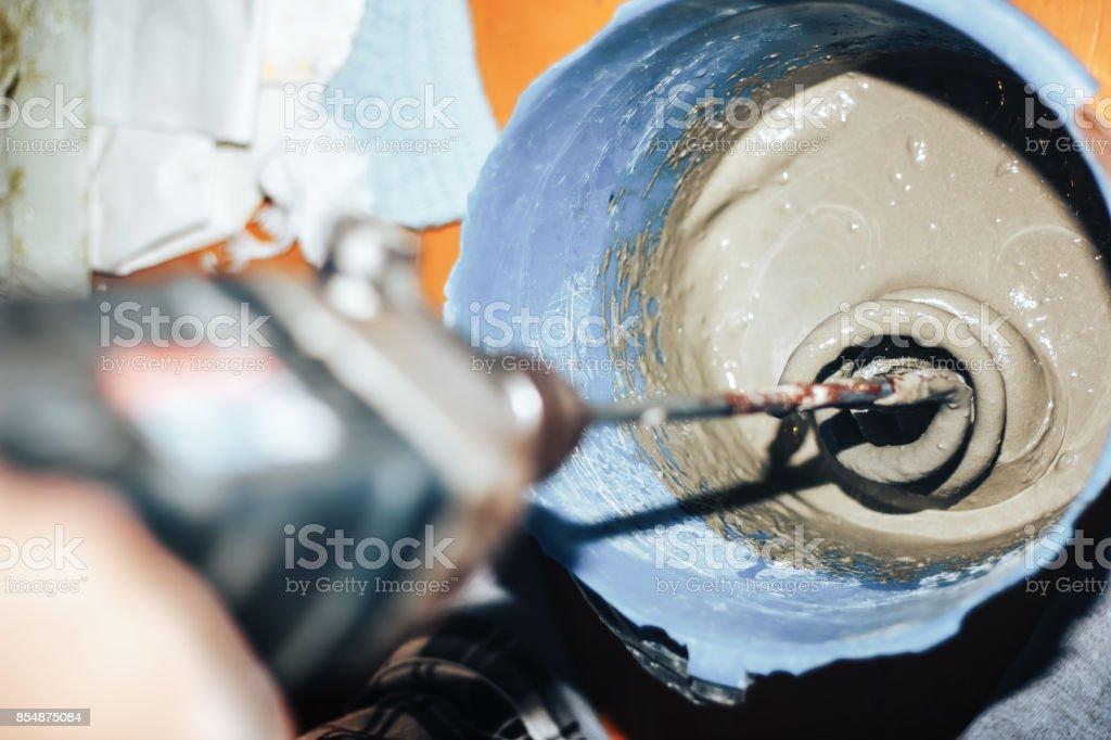 preparación del pegamento para azulejo - foto de stock
