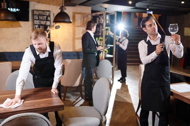 eröffnung vorbereiten restaurant - glaswaschtisch stock-fotos und bilder