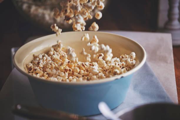 voorbereiding van gezouten karamel popcorn - popcorn stockfoto's en -beelden