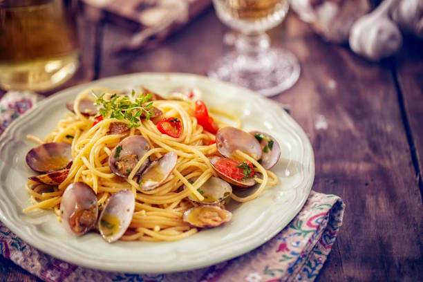 förbereda spaghetti alla vongole - pasta vongole bildbanksfoton och bilder