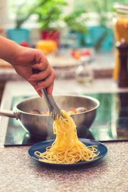 förbereda spaghetti med vongole - pasta vongole bildbanksfoton och bilder