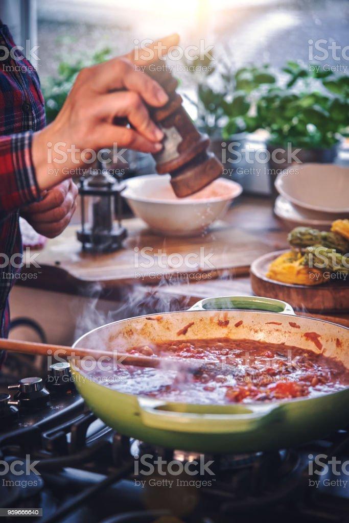Preparación de Pasta de tallarines con boloñesa vegana y Bella Lodi queso - Foto de stock de Alemania libre de derechos