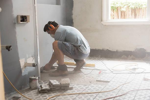 preparar o piso do banheiro com azulejos - banheiro estrutura construída - fotografias e filmes do acervo