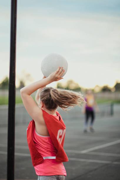 preparando-se para jogar um netball - girl power provérbio em inglês - fotografias e filmes do acervo