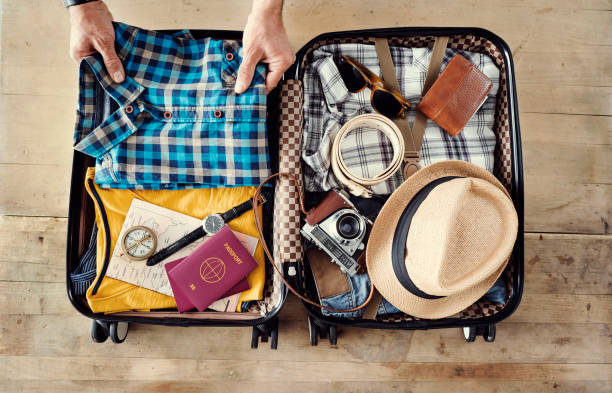 vorbereitung der reise koffer erhöhte ansicht - gepäck verpackung stock-fotos und bilder