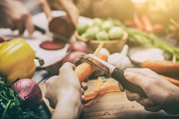 eine mahlzeit vorbereiten gemüse. - karotten gesund stock-fotos und bilder