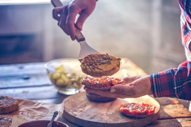 voorbereiding van de hamburger van de vegetarische tofu - vleesvervanger stockfoto's en -beelden