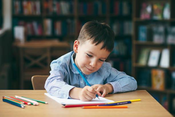 vorschule junge zeichnung - zeichnen lernen mit bleistift stock-fotos und bilder