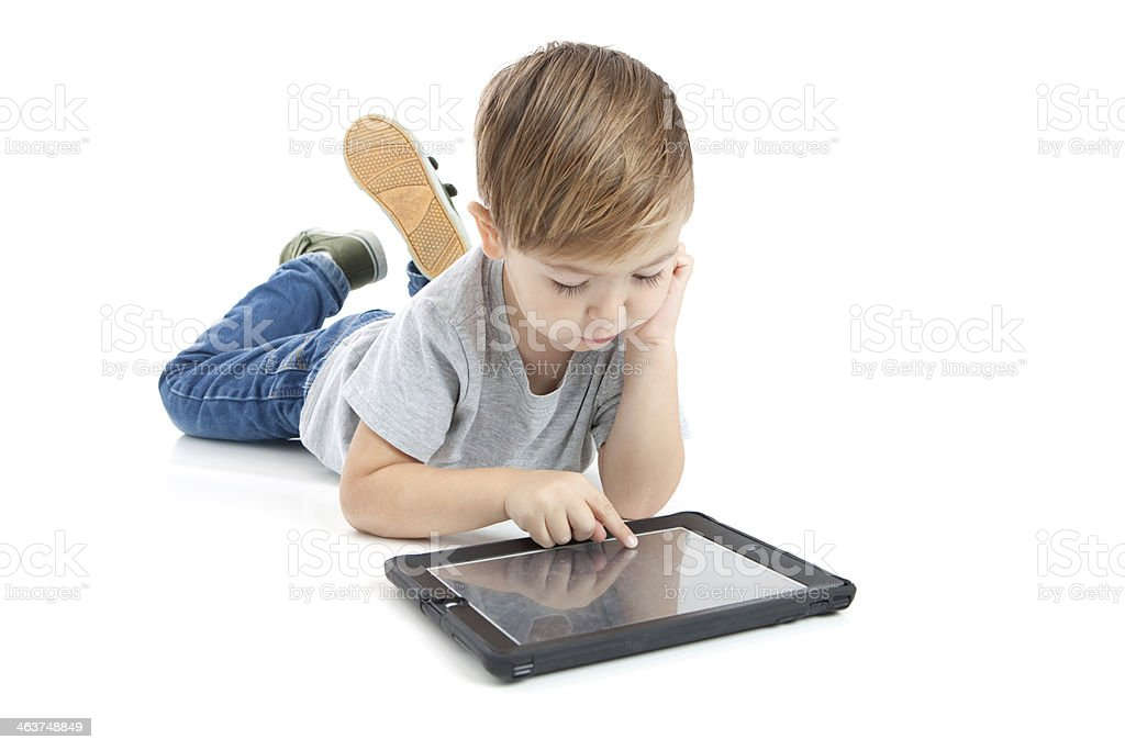 Vorschule Junge mit digitalen Tablet auf weißem Hintergrund – Foto