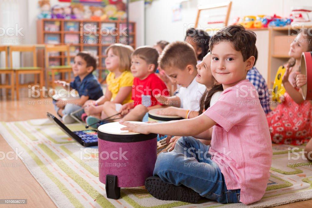 Niño de edad preescolar - foto de stock