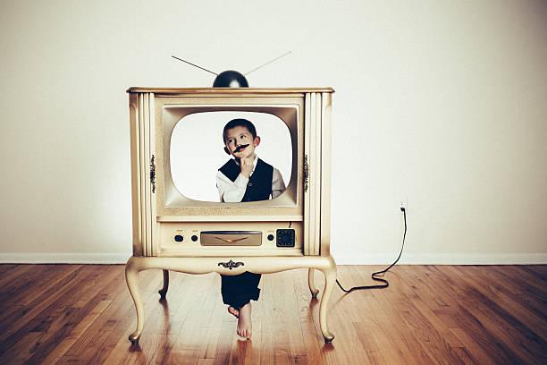 kinder kind spielt anchorman in alten fernseher - kids tv zimmer stock-fotos und bilder