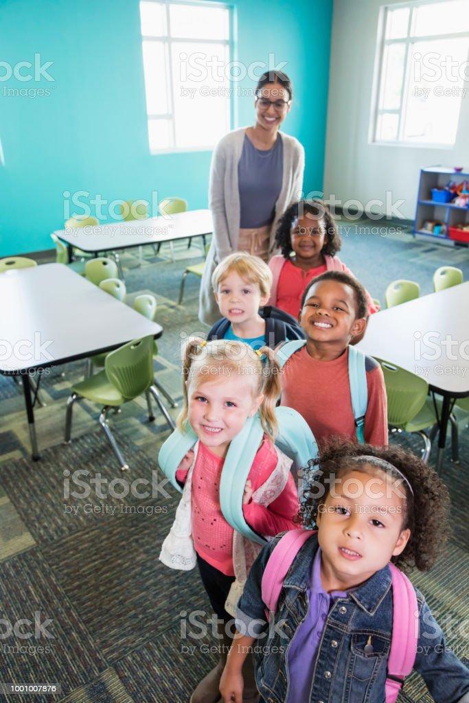 Kinder im Vorschulalter mit Lehrer im Klassenzimmer aufgereiht – Foto