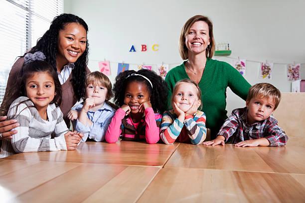 vorschulalter kinder mit lehrer im klassenzimmer - erzieherin stock-fotos und bilder