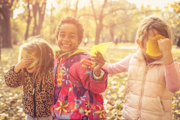 kindergarten mädchen im park. - spielesammlung stock-fotos und bilder