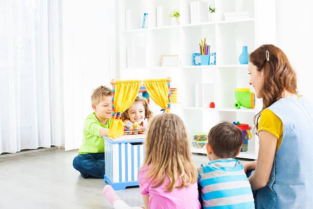 kinder: preschoolers craft aktivitäten puppentheater. - kasperltheater stock-fotos und bilder
