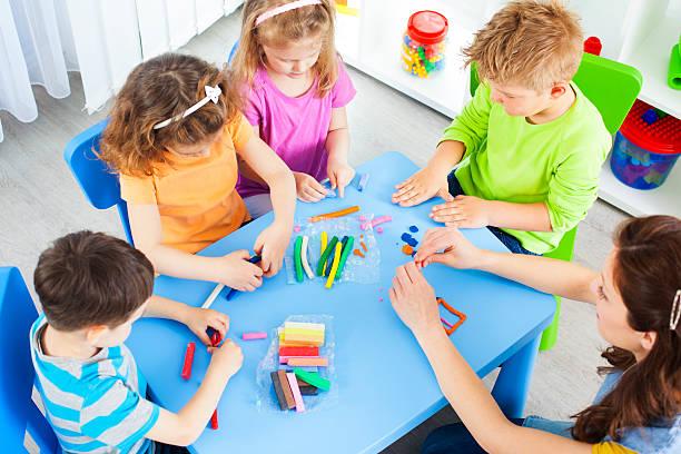 kinder: craft aktivitäten mit playdo preschoolers - knete spiele stock-fotos und bilder