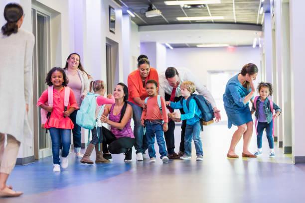 parents, premier jour d'école et les élèves du préscolaire - parents photos et images de collection
