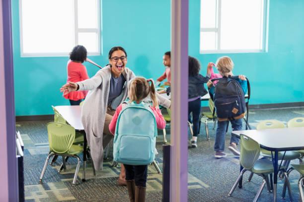 maestra de preescolar en saludo estudiantes de aula - regreso a clases fotografías e imágenes de stock