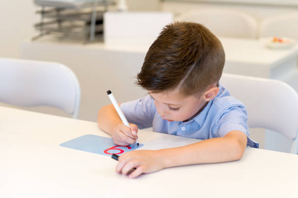 vorschulkind kind junge nummer neun in der klasse schreiben lernen - filzunterlage stock-fotos und bilder