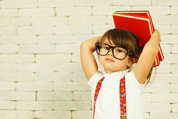 Vorschulkind Mädchens mit Büchern – Foto