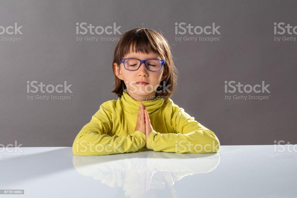 Vorschulkind Yoga Kind entspannend mit Achtsamkeit und Ruhe in der Schule – Foto
