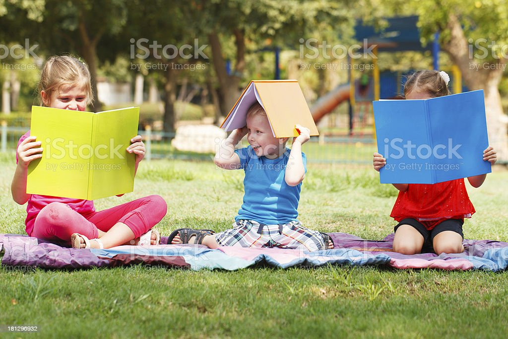 Preschoolers Lesung im Freien – Foto