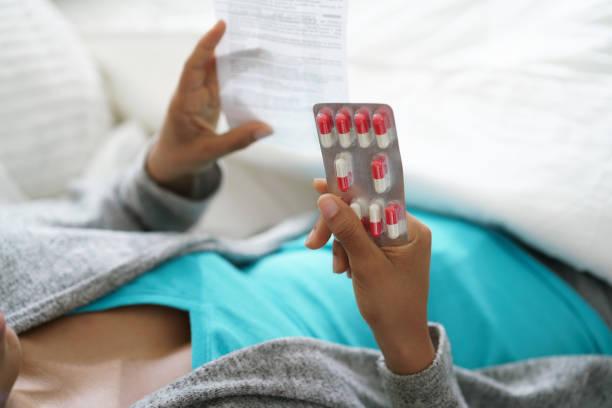 grip virüsü için uyuşturucu hap ve antibiyotik reçete - antibiyotik stok fotoğraflar ve resimler