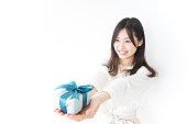 プレゼントと若い女性