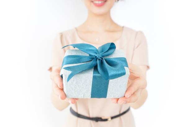 gegenwart und frau - jugendliche geburtstag geschenke stock-fotos und bilder