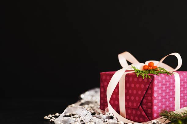 gegenwärtigen weiblichen geschenk lila weiße perle band schwarz - besondere geschenke stock-fotos und bilder
