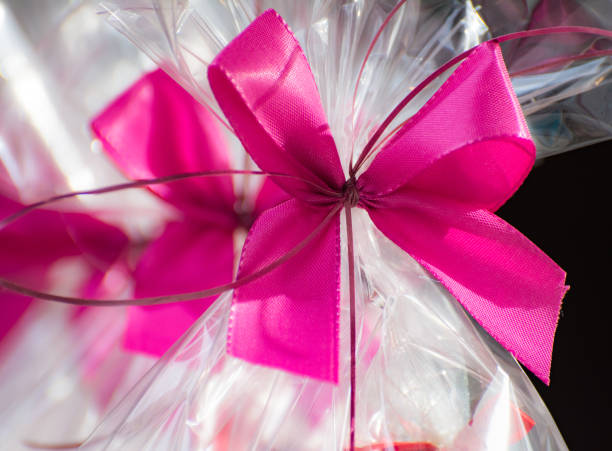 Present in a cellophane foil with a pink bow – Foto