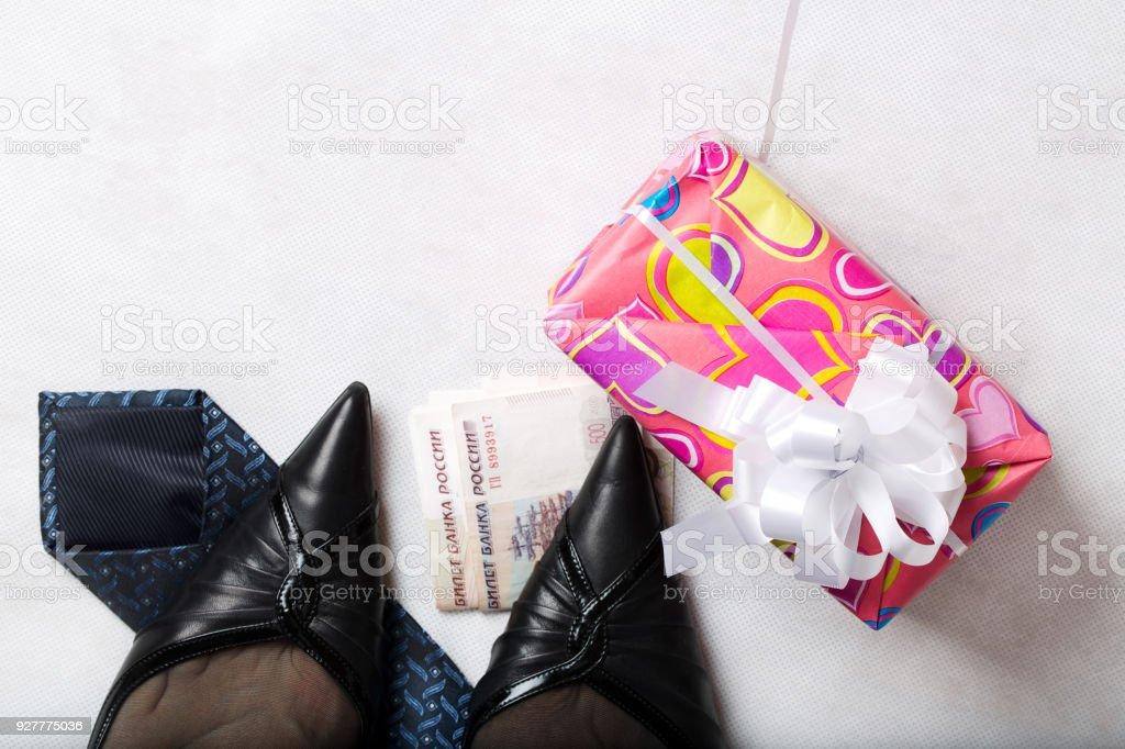 33696bf26 Presentar en un rosa de papel cerca de pies de mujeres en medias negras  transparentes y