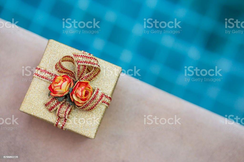 Present on swimming pool edge - foto de acervo